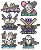 Wektorowy ustawiający kolorowi deskorolka emblematy Odosobnione odznaki, etykietki, logowie w roczniku projektują z deskami, czas royalty ilustracja