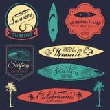 Wektorowy ustawiający rocznika surfingu logowie, znaki dla tkaniny, koszulki drukuje etc Wolność, Kalifornia, Hawaje typografia p ilustracja wektor