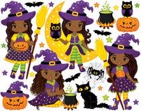 Wektorowy Ustawiający z Ślicznymi Małymi amerykanin afrykańskiego pochodzenia czarownicami i Halloweenowymi elementami ilustracji