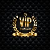 Wektorowy złoty faborek, laurowy wianek i VIP zaproszenie tekst na czarnym luksusowym tle, VIP zaproszenia projekta szablon royalty ilustracja