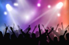 Wektoru koncerta scena iluminująca z kolorowymi światłami i sylwetki doping tłoczymy się royalty ilustracja