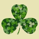 Wektoru St Patrick dnia karta Zieleni koniczynowi liście na koniczynowym kierowym kształta, białego i beżowego tle Royalty Ilustracja