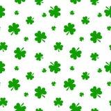 Wektoru St Patrick ` s dnia bezszwowy tło z shamrock ilustracji