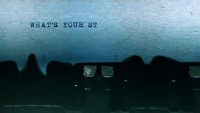 Welches ` s Ihr Geschichten-Wort-Schreiben auf einem Blatt Papier auf alter Schreibmaschine zentrierte