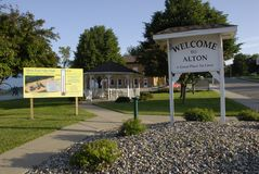 WELCOME TO ALTON GREAT PLAVE TO LIVE. ALTON / IOWA STATE/USA_ Welcome to Alaton great to live in american ruler town and  message for travlers city hall, veteran Royalty Free Stock Photos