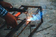 Welder för svetsningstålstrukturer Fotografering för Bildbyråer