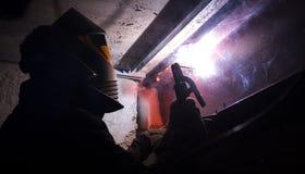 Welder i arbeten för en skyddande maskering med metall Royaltyfria Foton