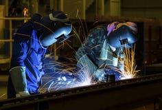 Welder i fabrik Fotografering för Bildbyråer