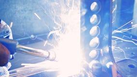 Welder på arbete i metallbransch Arbetarsvetsning i en fabrik closeup arkivfilmer
