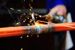 Welder som använder facklan på metall Royaltyfria Foton