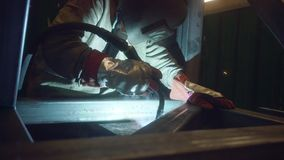 Welder som arbetar i fabrik stock video