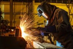 Welder svetsande automatisk del i en bilfabrik Royaltyfria Foton