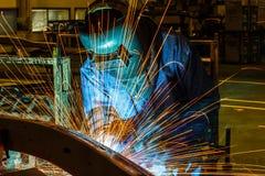 Welder svetsande automatisk del i en bilfabrik Royaltyfri Bild