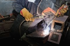 Welder in workshop conditions sample weld from sheet metal to un Royalty Free Stock Photos