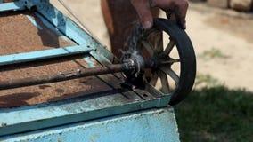 Welderen svetsar axeln av den gamla järnspårvagnen stock video
