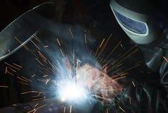 WelderIndustrial automatisk del i fabrik Royaltyfri Bild