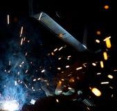 Welders i handling med ljusa gnistor Royaltyfri Foto