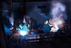 Welders som arbetar på fabriken Royaltyfri Fotografi