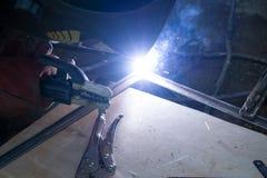 Welders som arbetar på fabriken som göras metall Arkivbilder