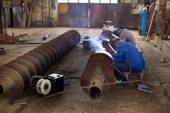 Welders som reparing skeppdelar Arkivbild