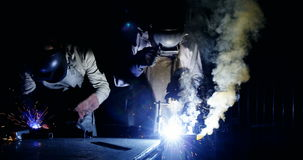 Welders som svetsar en metall stock video