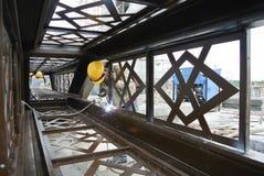 Welders svetsade det dekorativa milda stålet på konstruktionsplatsen Arkivfoton