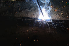 WelderWelding Sparks stål i fabrik Arkivfoton