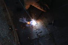 WelderWelding Sparks stål i fabrik Arkivbild