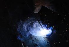 WelderWelding Sparks stål i fabrik Arkivfoto