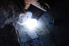 WelderWelding Sparks stål i fabrik Royaltyfri Bild