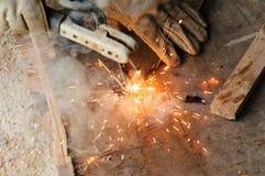 WelderWelding Sparks stål i fabrik Royaltyfria Bilder