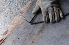 WelderWelding Sparks stål i fabrik Royaltyfri Foto