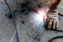 WelderWelding Sparks stål i fabrik Royaltyfria Foton