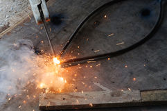 WelderWelding Sparks stål i fabrik Arkivbilder