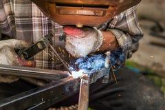 WelderWelding On Steel konstruktion Arkivfoton