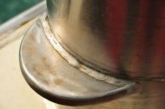 Weldseam em um poste de amarração em uma balsa fotografia de stock
