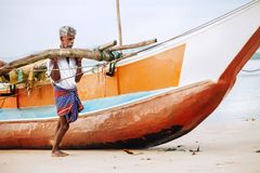 """Weligama,斯里兰卡†""""2017年12月21日:老渔夫推挤 免版税库存图片"""