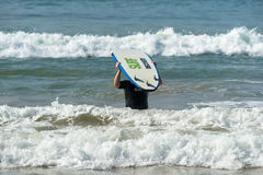 WELIGAMA,斯里兰卡- 2017年1月09日:未认出人冲浪 免版税库存图片