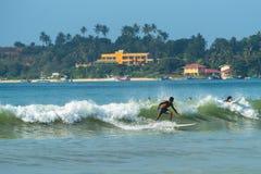 WELIGAMA,斯里兰卡- 2017年1月09日:未认出人冲浪 库存图片