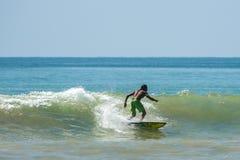 WELIGAMA,斯里兰卡- 2017年1月09日:未认出人冲浪 免版税库存照片