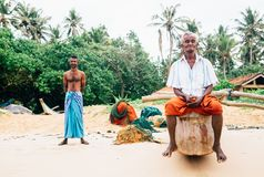 """Weligama, †dello Sri Lanka """"21 dicembre 2017: Due pescatori che stanno sulla spiaggia dopo la pesca di mattina del tempo in Wel Fotografie Stock Libere da Diritti"""