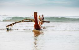 """Weligama Sri Lanka †""""December 21, 2017: Fiskare som går H tillbaka arkivfoton"""