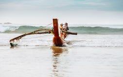 Weligama, Sri Lanka †'Grudzień 21, 2017: Rybacy wraca h Zdjęcia Stock