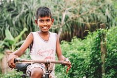 Weligama, Sri Lanka - 21 de dezembro de 2017: St pouco descalço do menino Imagens de Stock