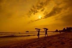 WELIGAMA, SRI LANKA - 12 DE JANEIRO DE 2017: Surfi não identificado dos pares Fotografia de Stock