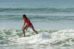 WELIGAMA, SRI LANKA - 9 DE JANEIRO DE 2017: Surfin não identificado da mulher Fotos de Stock
