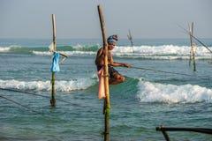 WELIGAMA, SRI LANKA - 11 GENNAIO 2017: Pescatore locale non identificato Fotografia Stock