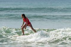 WELIGAMA, SRI LANKA - 9 GENNAIO 2017: Surfin non identificato della donna Fotografie Stock