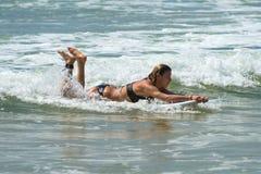 WELIGAMA, SRI LANKA - 9 GENNAIO 2017: Surfin non identificato della donna Immagini Stock
