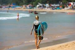 WELIGAMA, SRI LANKA - 9 GENNAIO 2017: Surfin non identificato della donna Fotografia Stock